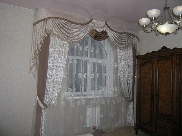 Бело-серые шторы для кухни