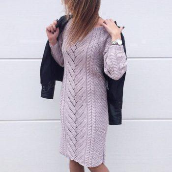 Вязаное спицами платье с продольным узором